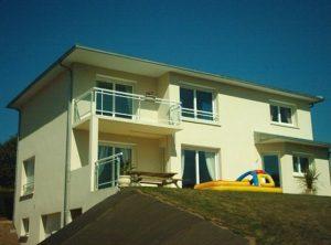 Construction-Maison-contemporaine-sur-sous-sol-balcons-vitrés-300x222