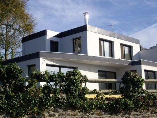 Construction-Maison-moderne-Toits-plats-béton-enduits-bi-tons-sous-sol-510x382