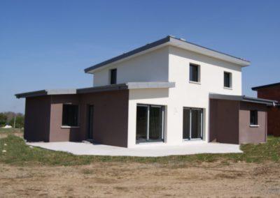 Construction-Maison-monopente-en-cours-de-finition-enduit-deux-tons-terrasse-en-béton-brut-400x284