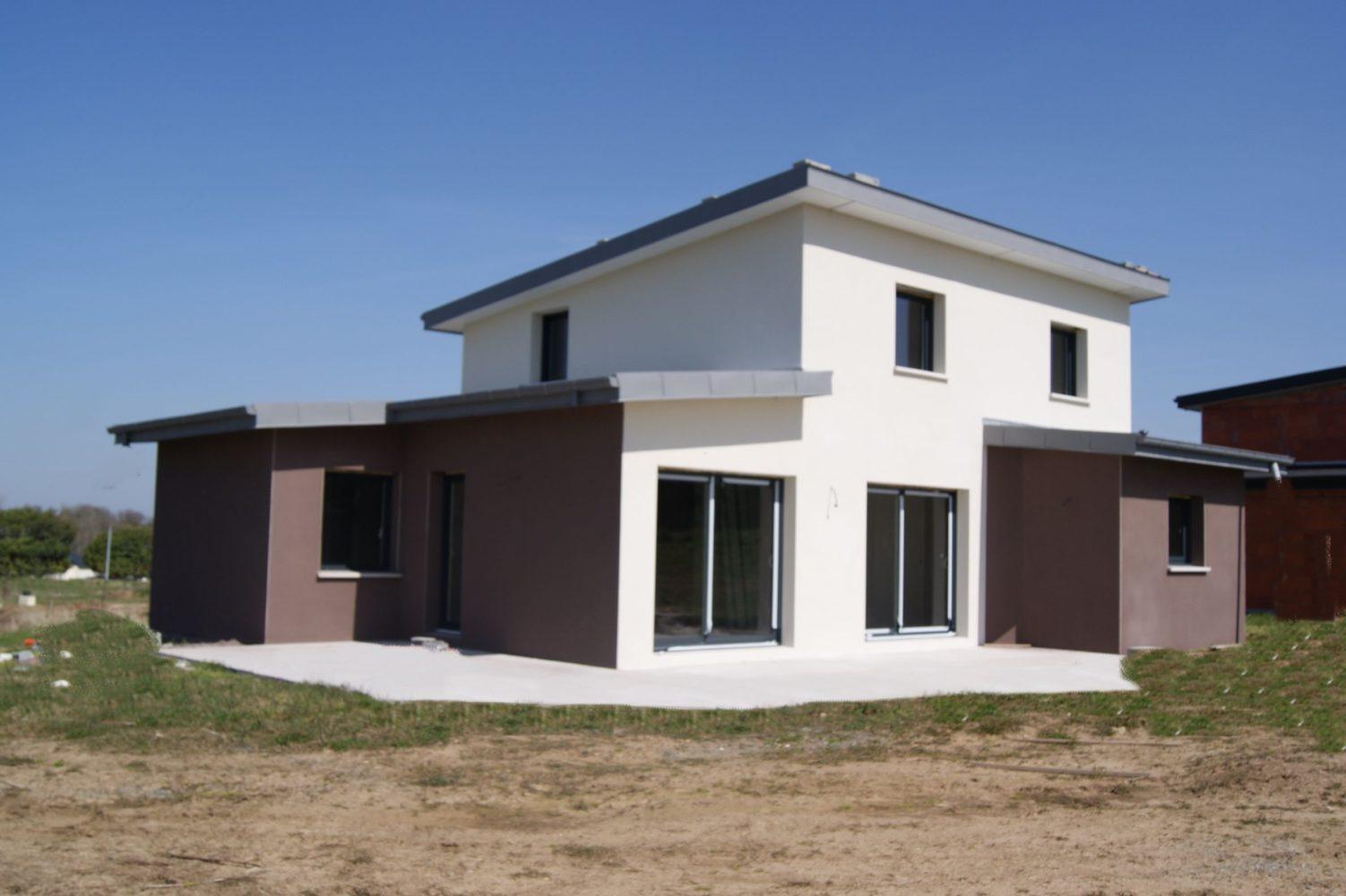 Construction-Maison-monopente-en-cours-de-finition-enduit-deux-tons-terrasse-en-béton-brut