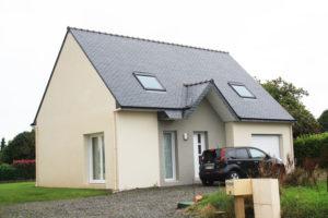 Construction-maison-100-m²-traditionnelle-avec-garage-enduit-bi-ton-menuiserie-blanche-300x200