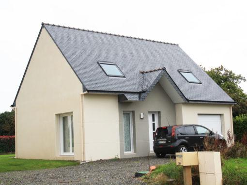 Construction-maison-100-m²-traditionnelle-avec-garage-enduit-bi-ton-menuiserie-blanche-510x382