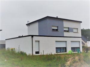 Construction-maison-RT-2012-à-toit-monopente-enduit-deux-tons-300x225