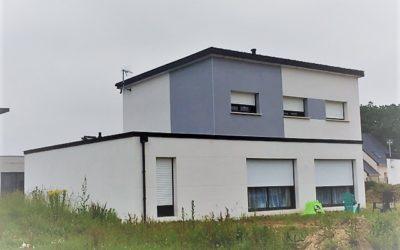 Construction-maison-RT-2012-à-toit-monopente-enduit-deux-tons-400x250