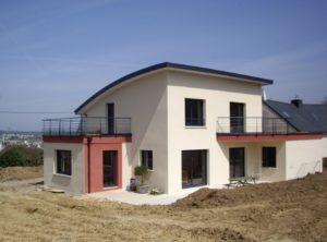 Construction-maison-contemporaine-avec-terrasse-haute-accessible-garde-corps-laqué-enduit-deux-couleurs-300x222