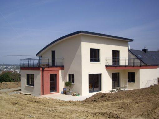Construction-maison-contemporaine-avec-terrasse-haute-accessible-garde-corps-laqué-enduit-deux-couleurs-510x382