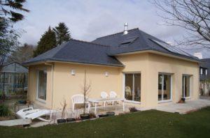 Construction-maison-plain-pied-traditionnel-ardoise-300x198
