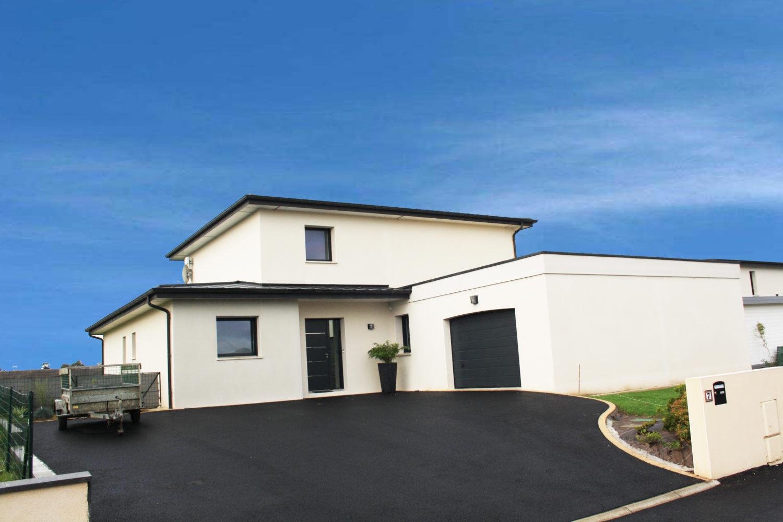construction-belle-maison-contemporaine-BBC-st-thonan-toiture-zinc-anthra-et-toi-plat-figure-1