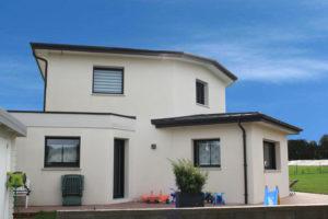 construction-belle-maison-contemporaine-BBC-st-thonan-toiture-zinc-anthra-et-toi-plat-figure-2-300x200