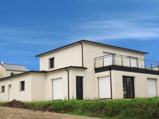 construction-maison-contemporaine-BBC-avec-vue-sur-sur-mer-toit-avec-debords-zinc-garde-corps-vitré-510x382
