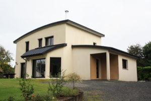 construction-maison-contemporaine-BBC-toiture-cintrée-enduits-blanc-casse-et-caramel-300x200