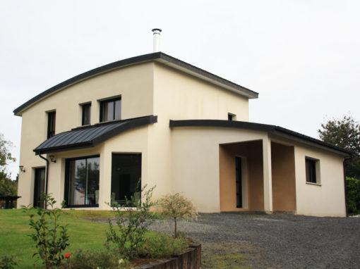 construction-maison-contemporaine-BBC-toiture-cintrée-enduits-blanc-casse-et-caramel-510x382