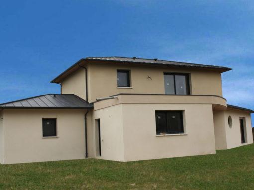 contruction-maison-rt-2012-toit-zinc-anthra-4-pans-et-enduits-deux-tons-510x382